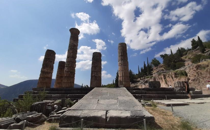 """Socrate """"împuns"""" de zeu și povestea Oracolului: o invențieplatoniciană?"""